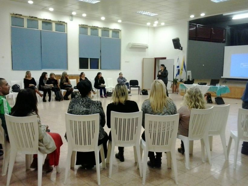 שלומית ליבמן, חברה בפורום ההורים לילדים מיוחדים, בהרצאה למלווי ההסעות על ילדים עם צרכים מיוחדים וכלים להתמודדות עם אירועים הנובעים מהלקויות השונות